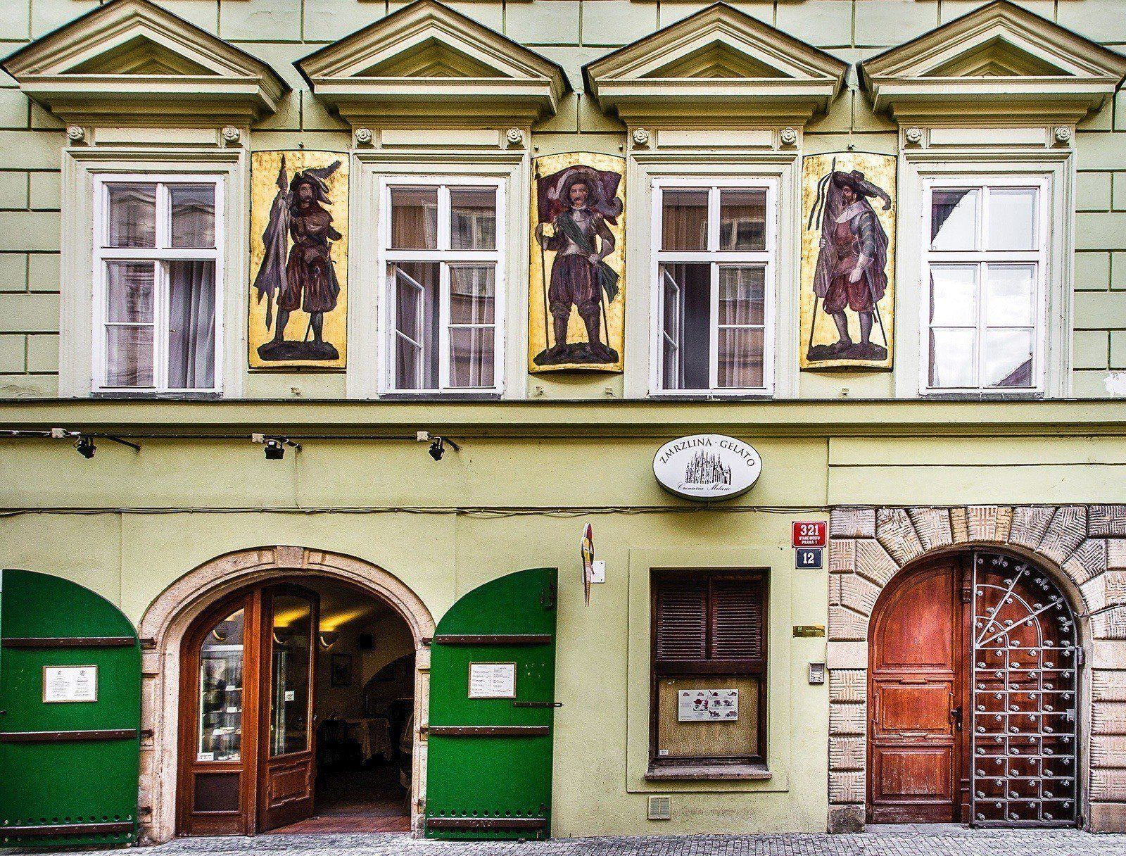 Royal route mansions one bedroom apartment with veranda for Royal boutique residence prague